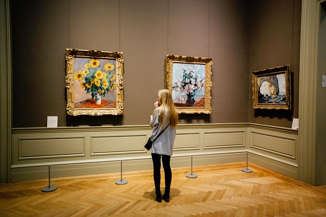 girl in a museum